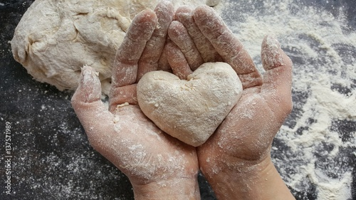 Leinwandbild Motiv Backen mit Liebe