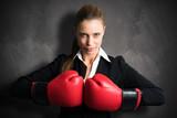 junge Geschäftsfrau boxt sich durch