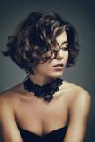 Fototapety Portrait d'une jeune femme, regardant sur le coté