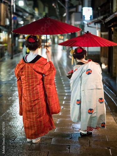 Keuken foto achterwand Kyoto Zwei Maiko auf einer Straße in Kyoto, Japan