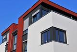 Wohnhaus mit modernem Fassadenanstrich - 137685556