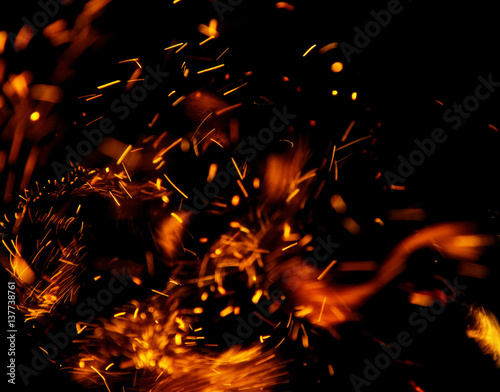 In de dag Vuur / Vlam fire flames with sparks on a black background