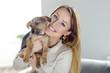 Glückliche junge Frau mit ihrem Hundewelpen