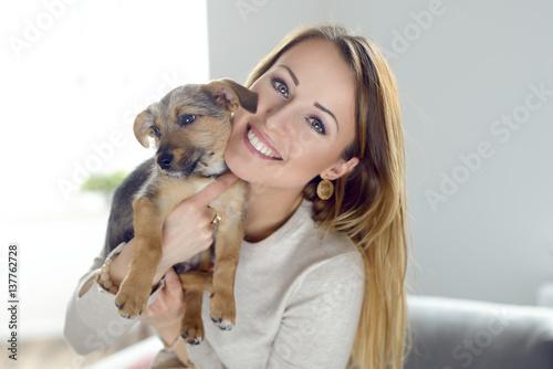 Poster Glückliche junge Frau mit ihrem Hundewelpen