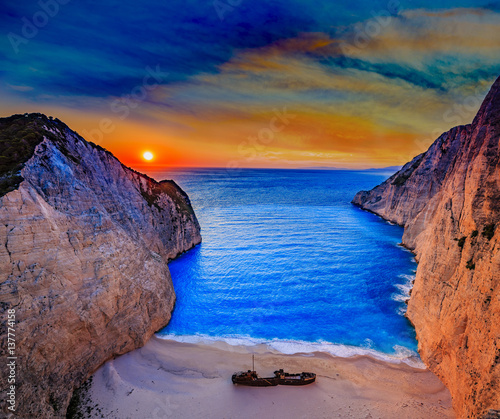 Papiers peints Naufrage Navagio beach at sunset, Zakynthos island, Greece