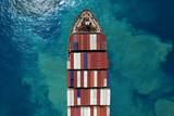 Morski kontenerowiec na morzu - widok z góry na dół