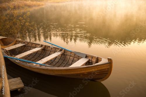 drewniana-lodz-na-jeziorze-o-swicie