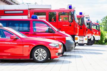 Fahrzeug-Flotte mit Autos und Einsatzfahrzeugen der Feuerwehr