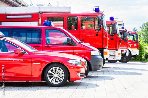 Flota pojazdów z samochodami i pojazdami pogotowia straży pożarnej