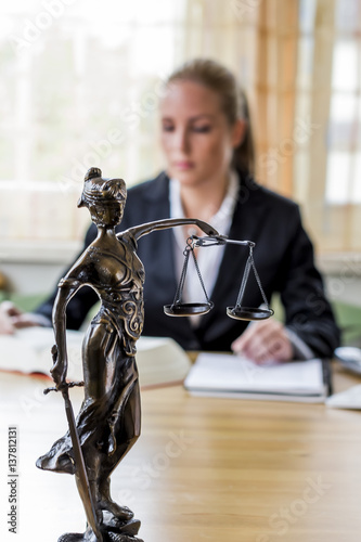 Zdjęcia na płótnie, fototapety, obrazy : Geschäftsfrau im Büro