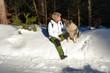 Frau mit Hund im Winter im Wald Schnee