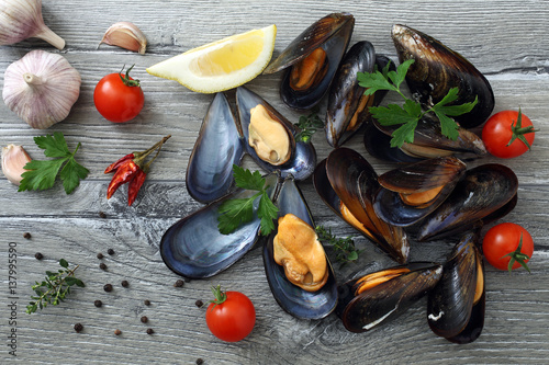 frutti di mare cozze  su tavolo grgio - 137995590