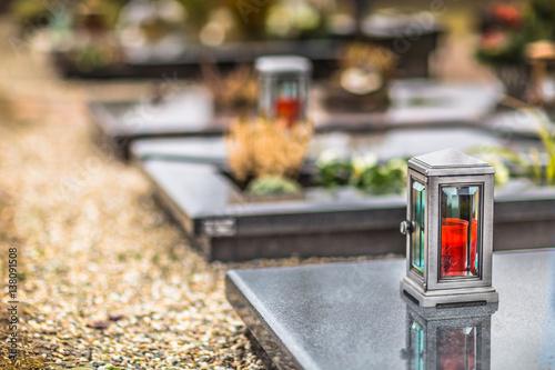 Gräber auf Friedhof mit Grabkerze