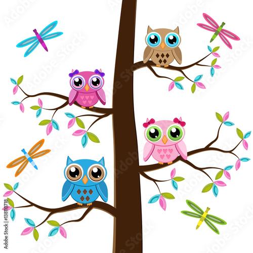 cztery-kolorowej-sowy-siedzi-na-drzewie-na-bialym-tle