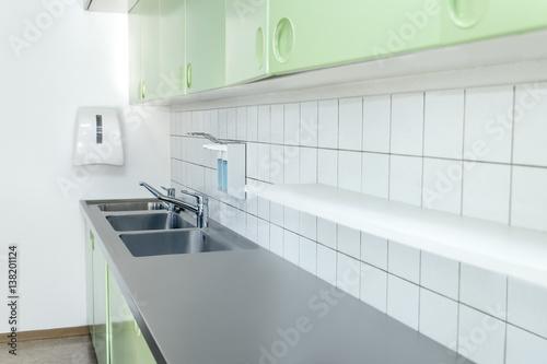 Waschbecken und Bereich für Desinfektion und Hygiene, Arbeitsplatz niemand