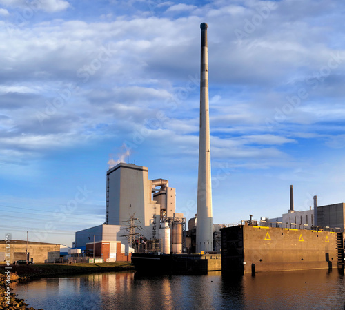 Fotobehang Noordzee Kraftwerk in Hafen von Bremen