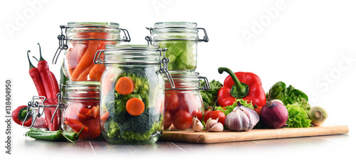 Spoed canvasdoek 2cm dik Verse groenten Jars with marinated food and raw vegetables isolated on white