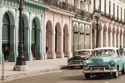 Fotobehang Havana Havanna, Kuba / Reiseziel, alte Autos in der Altstadt von Havanna, Kuba.