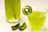 cocktails in glass glasses of the decorated kiwis/juice and segments of kiwi on a white background