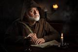 Mönch im Mittelalter schreibt Brief - 138548580