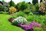 Leuchtender Garten mit Gartenbank