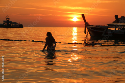 In de dag Oranje eclat Girls swimming in the sea At the time of sunset Summer holidays in Thailand