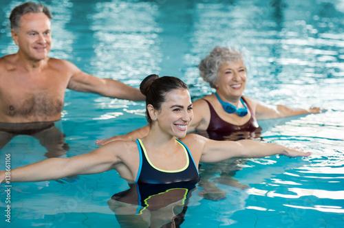 Ludzie ćwiczący w basenie