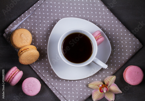 Foto op Canvas Macarons Coffee and cake macaron or macaroon on gray background from above. Flat lay, top view
