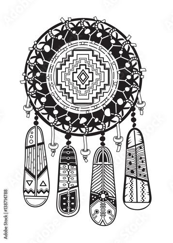 indischer-traumfanger-mit-ethnischen-ornamenten-und-perlen