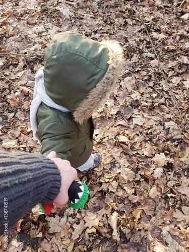 Dziecko na spacerze z opiekunem © nestonik