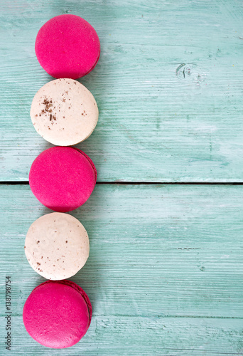 Póster raspberry and vanilla macaroons on turquoise wooden surface