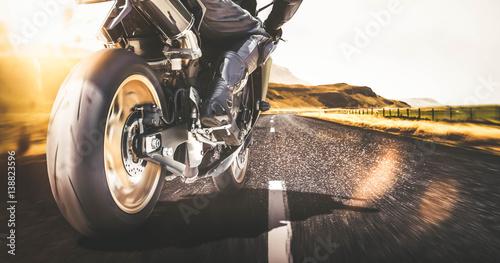 Schnelles Motorrad auf Landstraße mit Bewegungsunschärfe