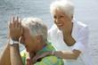 Leinwanddruck Bild - Verliebtes, glueckliches Senioren Paar im Urlaub am Meer