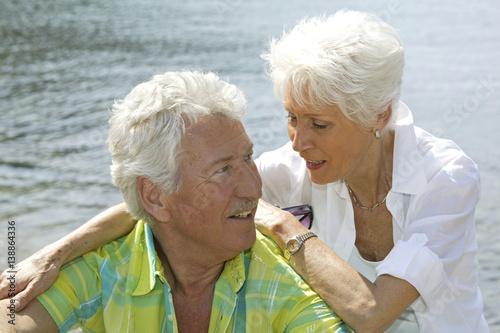 Leinwanddruck Bild Verliebtes, glueckliches Senioren Paar im Urlaub am Meer
