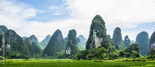 In de dag Guilin Karst mountains and countryside scenery in summer