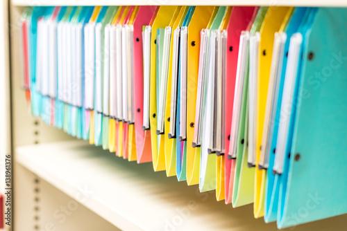 Dossiers multicolore dans étagère de bureau Poster