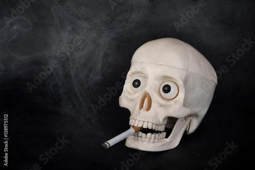Poster Cráneo que fuma un cigarrillo