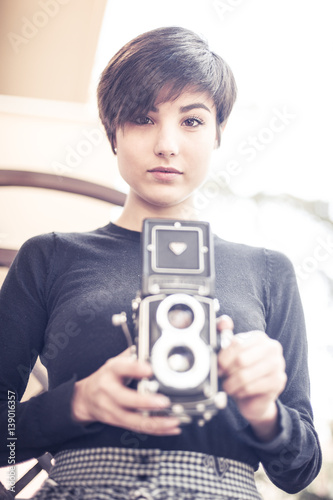 Zdjęcia Young pretty woman and a vintage bi optical camera
