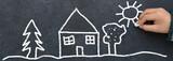 Dessin d'enfant à la craie sur ardoise. Maison à la campagne  - 139066769