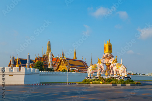 Papiers peints Buddha The Elephants statues in front of Wat Phrakew Temple and the Grand Palace of Thailand