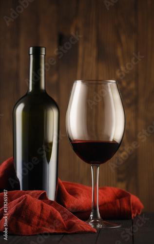 piekny-szklo-i-butelka-czerwone-wino-na-drewnianym