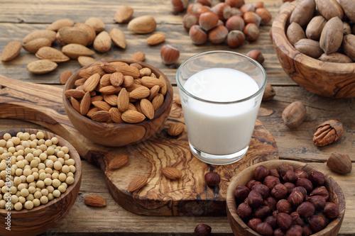 latte di frutta secca mandorle noci nocciole su sfondo rustico