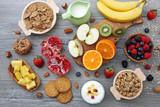 cibo dietetico frutta cereali e latte su sfondo grigio - 139269785