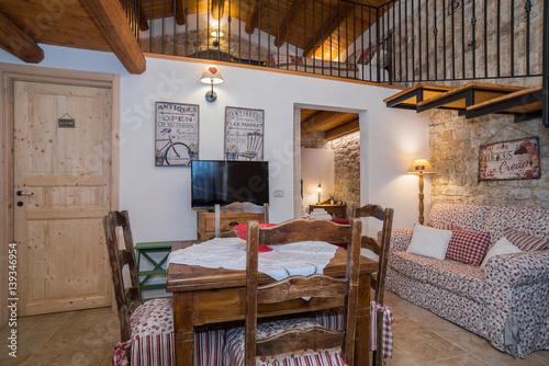 Casa con soppalco con camera da letto, soggiorno e cucina © Gioco