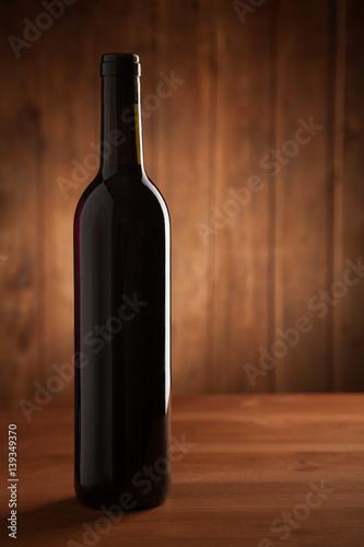 butelka-wina-na-starym-drewnianym-stole