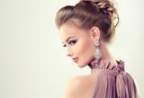Piękna dziewczyna z elegancką fryzurę i duże kolczyki biżuteria.