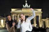 Junge Frauen haben Spaß und tanzen durch Berlin
