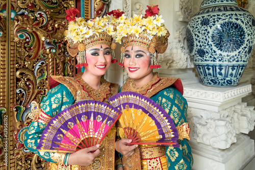 In de dag Bali balinese legong dancers in costume