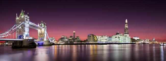 Panorama von der Tower Bridge bis zur London Bridge nach Sonnenuntergang