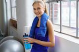 Fototapety sportliche junge frau macht eine pause im fitness-studio